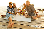 Lachende Pensionisten am Steg
