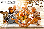 Pensionisten genießen Picknick am Steg